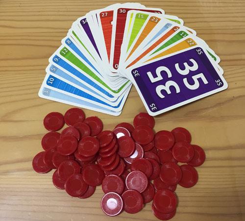 ゲシェンクの内容物:33枚のカードとチップ