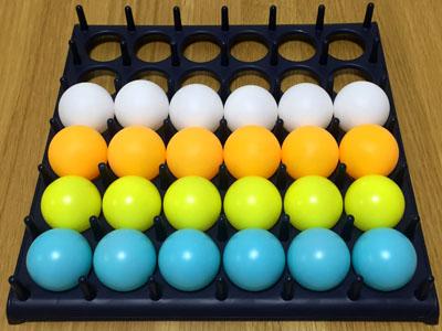 ボードゲーム「バウンス・オフ!」4色のピンポン玉で4人プレイ