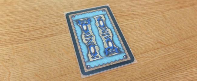ドミニオンのカードをスリーブに入れた写真
