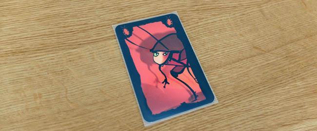 実際にボードゲームサイズのカードにスリーブを装着した写真