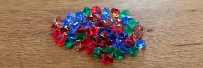 ウボンゴで得点となる「宝石」:赤・青・緑・茶色の4色がある