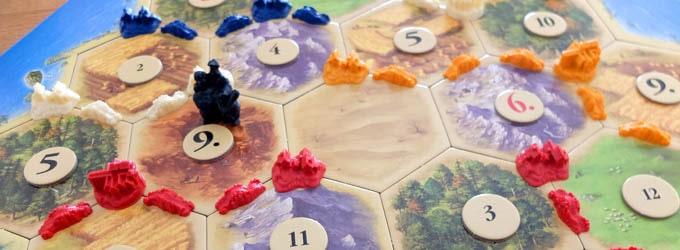 カタンは「無人島を舞台に様々な資源を集めながら、島を開拓していく」という有名ボードゲーム