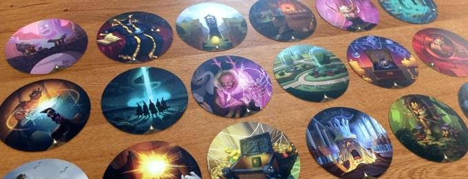 オブスクリオには、美しいイラストが描かれた円形のカードがたくさん入っている