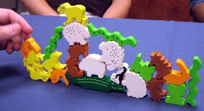 ワニに乗る?は「ワニの背中に動物コマを乗せていく」という子供向けのバランスボードゲーム