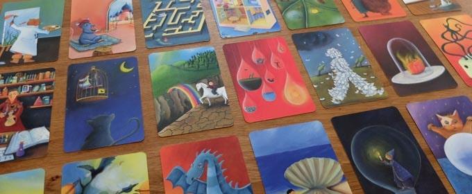 ディクシットの主役は「不思議なイラストが描かれたカード」