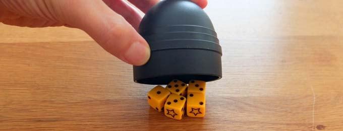 ブラフは、複数のダイスを転がしてハッタリで勝負する、名作ボードゲーム