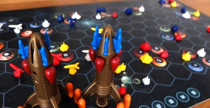 カタン宇宙開拓者版:宇宙が描かれた大きなメインボードとロケット(母船)を見るだけでワクワクする