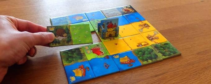 キングドミノは、「土地タイルを配置して、自分だけの美しい王国を作り上げる」というタイル配置系のボードゲーム(3人・4人で遊べる)