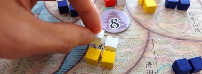 天下鳴動は、3つのダイスを振って「兵をどこに、何人送るのか」を決めて、各地域で戦力を競い合うボードゲーム