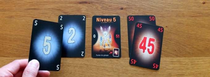 ザ・マインド エクストリーム:「最も小さい白カード」「最も大きい赤カード」を持っていると思った人からカードを出す