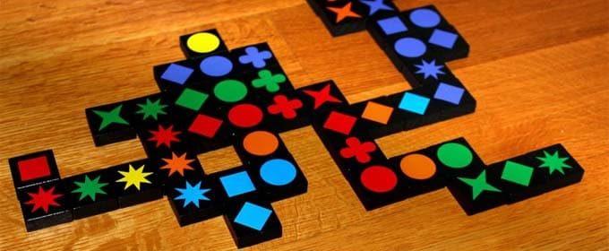 2011年にドイツ年間ゲーム大賞を受賞したボードゲーム『クゥワークル(Qwirkle)』