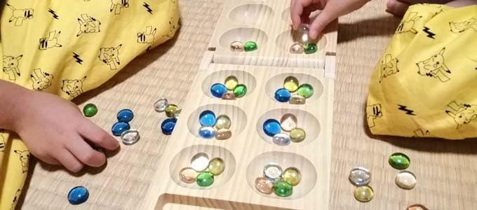 種まきのように穴に石を置いていくゲーム マンカラカラハ